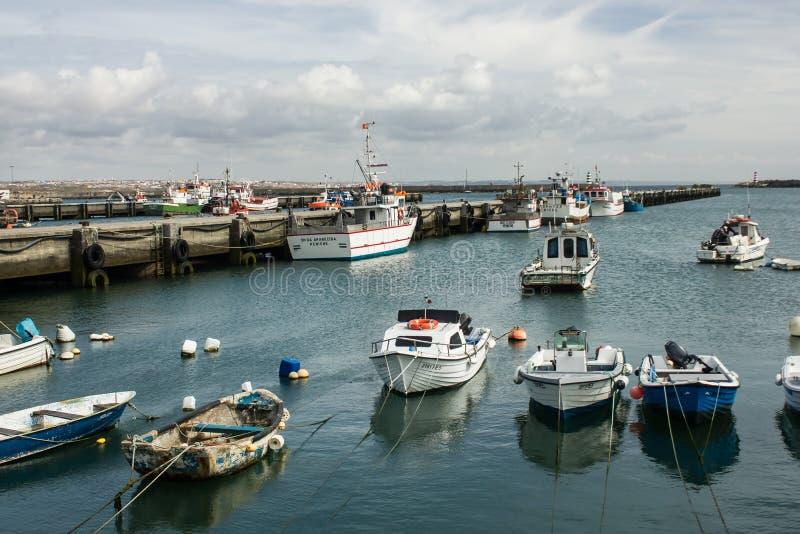 Peniche, Португалия: рыбный порт стоковое изображение