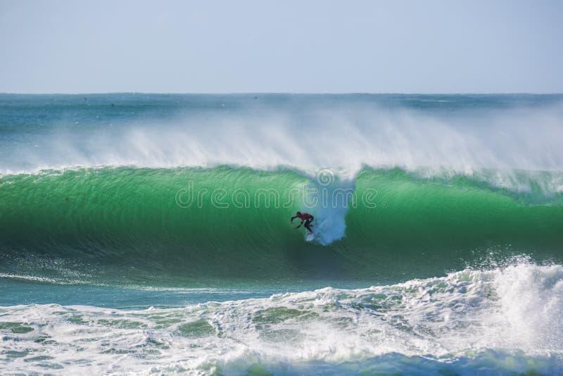 Peniche, Portogallo - 25 ottobre 2017 - Mick Fanning che pratica il surfing un'onda durante sur del Portogallo di Rip Curl del `  fotografia stock libera da diritti