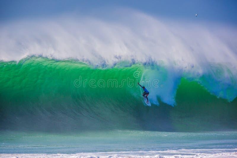 Peniche, Portugal - 25 de octubre de 2017 - una persona que practica surf que inclina una onda enorme durante el Rip Curl favorab imágenes de archivo libres de regalías