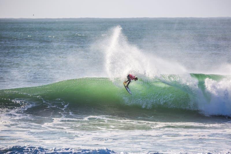 Peniche, Portugal - 25 octobre 2017 - Gabriel Medina surfant une vague pendant le Rip Curl pro Portugal s du ` s 2017 MEO de ligu photographie stock libre de droits