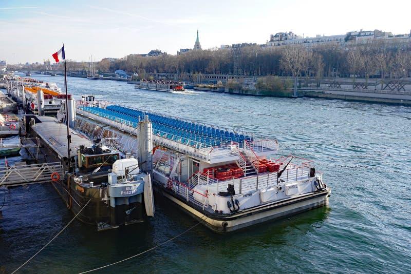 Peniche y barcos turísticos en el río el Sena en París imagen de archivo libre de regalías