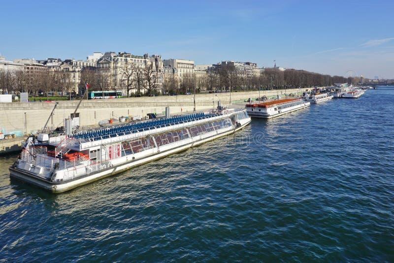 Peniche y barcos turísticos en el río el Sena en París fotografía de archivo libre de regalías