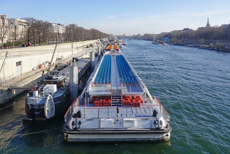 Peniche y barcos turísticos en el río el Sena en París fotos de archivo libres de regalías