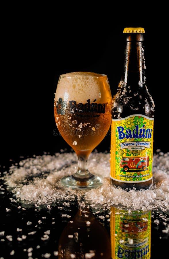 Peniscola, Castellon, España, el 8 de mayo de 2019: Botella de cerveza de Badum en fondo negro fotografía de archivo libre de regalías