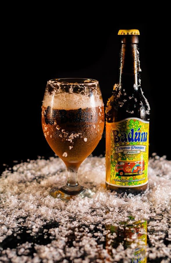 Peniscola, Castellon, España, el 8 de mayo de 2019: Botella de cerveza de Badum en fondo negro foto de archivo libre de regalías