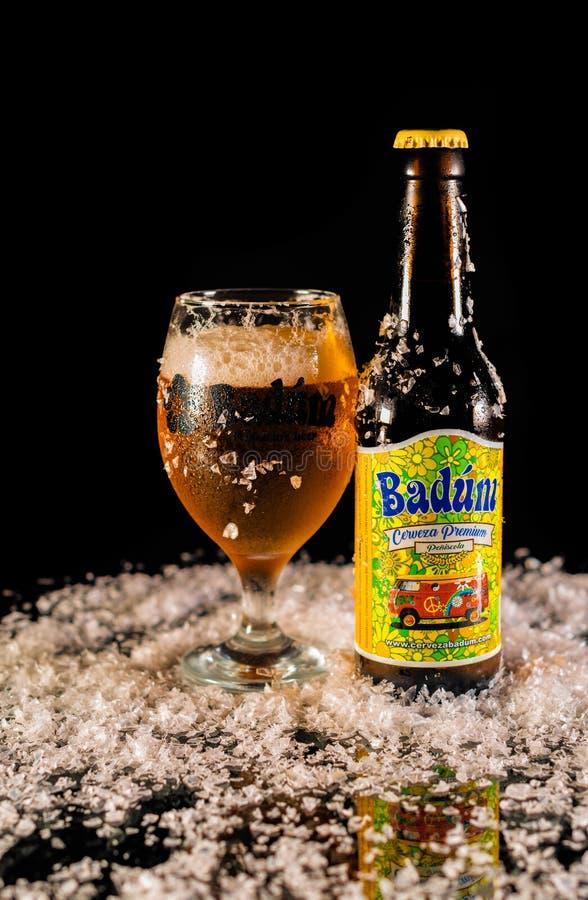 Peniscola, Castellon, España, el 8 de mayo de 2019: Botella de cerveza de Badum en fondo negro imagen de archivo libre de regalías
