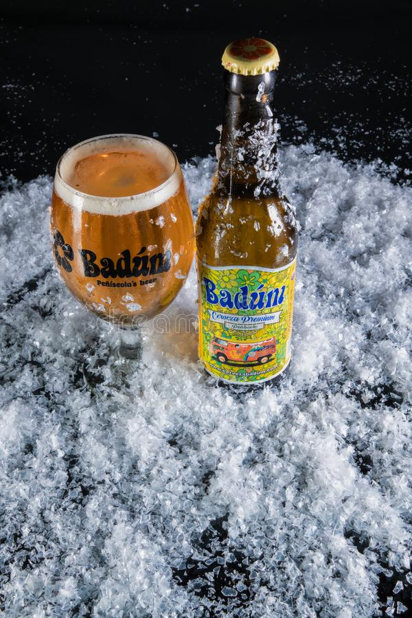 Peniscola, Castellon, España, el 8 de mayo de 2019: botella y vidrio de cerveza del badum llenos de cerveza, alcohol de la etique imagen de archivo
