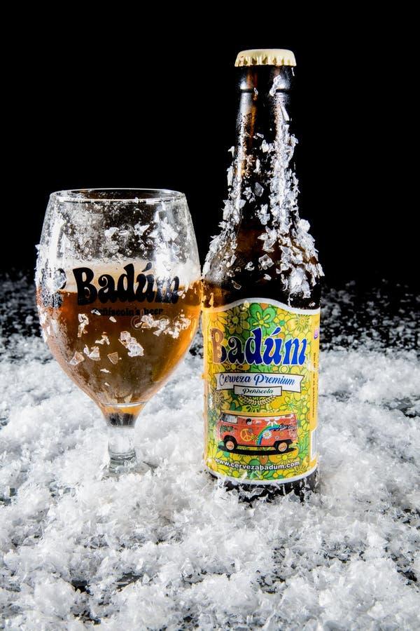 Peniscola, Castellon, España, el 8 de mayo de 2019: Cerveza de Badum por la cerveza de Peniscola de España fotos de archivo