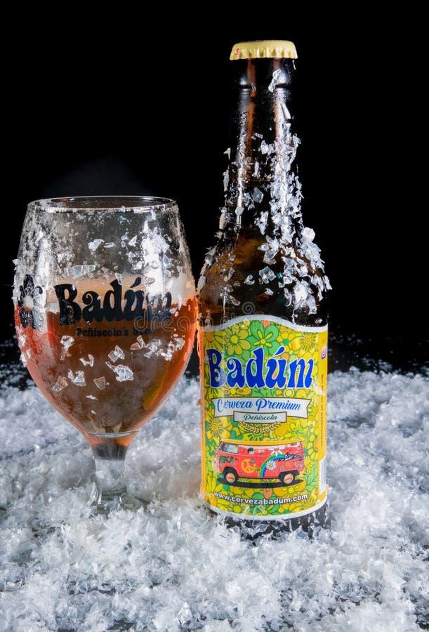 Peniscola, Castellon, España, el 8 de mayo de 2019: Cerveza de Badum por la cerveza de Peniscola de España foto de archivo