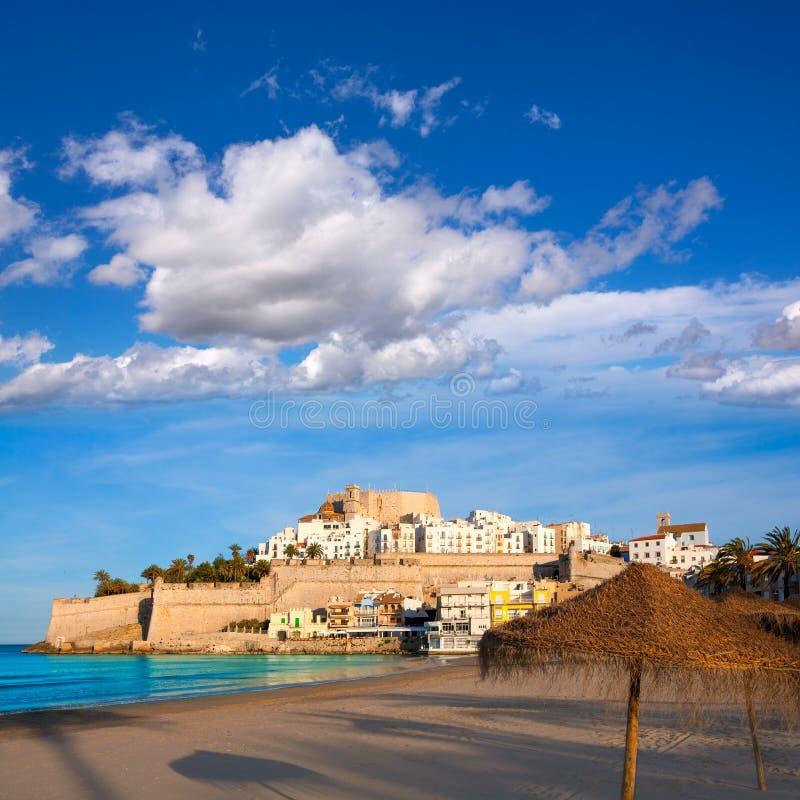 Peniscola slott och strand i Castellon Spanien arkivfoton