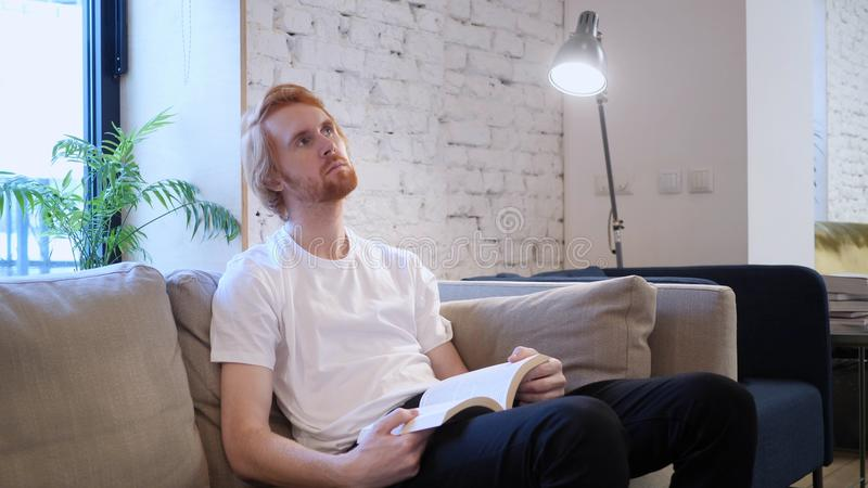 Penisve Kreatywnie mężczyzna Czytelnicza książka, Siedzi na kanapie fotografia stock