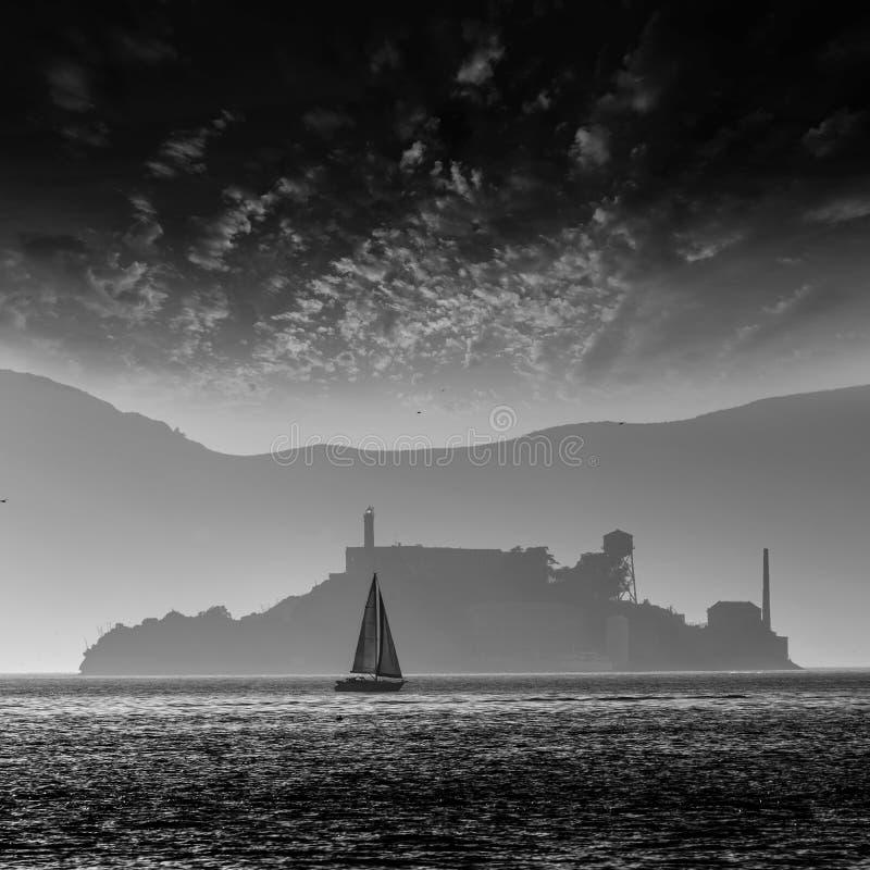 Penitentiary van het Alcatrazeiland bij zonsondergang backlight in San Francisc stock foto's