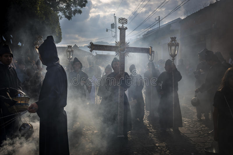 Penitents en una procesión de Pascua durante la semana santa en Antigua, Guatemala fotografía de archivo