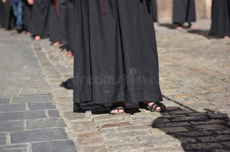 Penitents met de rozentuin, parade in de straten van de steden stock fotografie