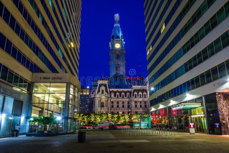 Penn urząd miasta przy nocą i centrum, w Filadelfia, Pennsylwania zdjęcie stock