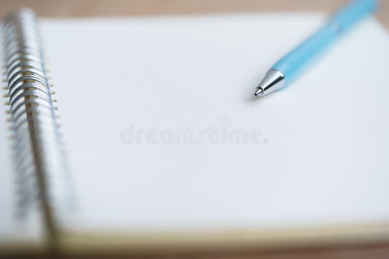 Penna blu sul taccuino fotografia stock libera da diritti