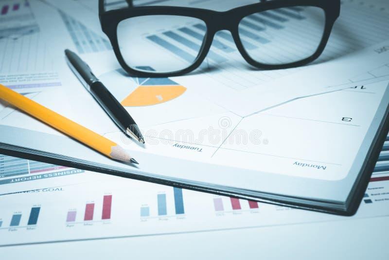 Penna blyertspenna, exponeringsglas på papper för diagram för affärsgraf royaltyfri bild