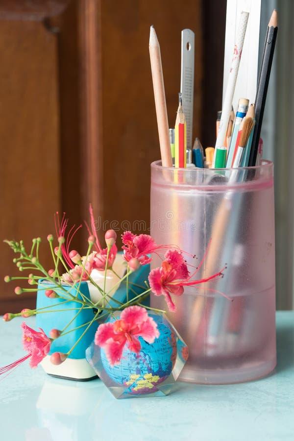Penna blyertspenna, linjal för att studenter ska studera royaltyfri foto