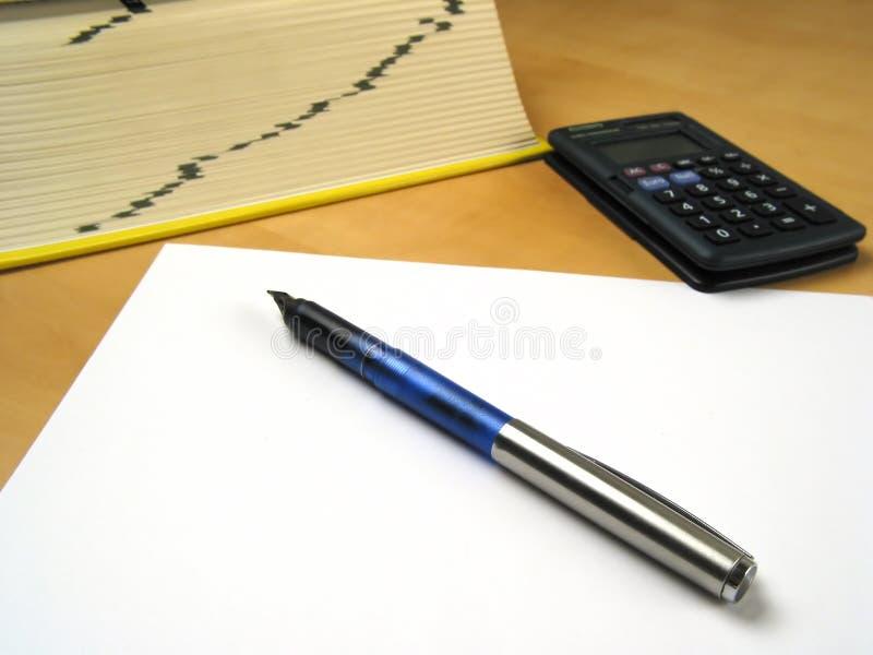Penna che si trova sul documento in bianco II immagine stock libera da diritti
