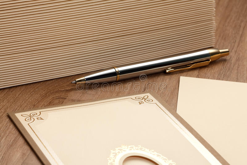 Penna con la pila di lettere immagini stock