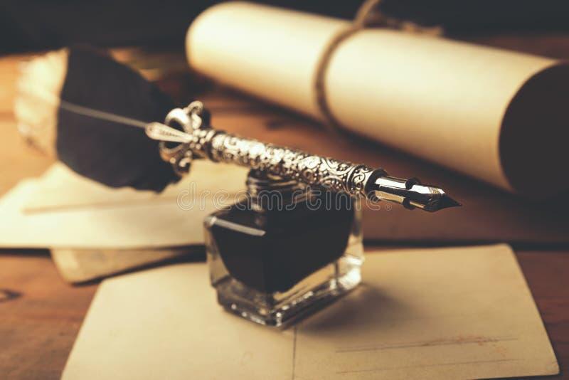 Penna d'annata della piuma con la bottiglia di inchiostro fotografia stock libera da diritti