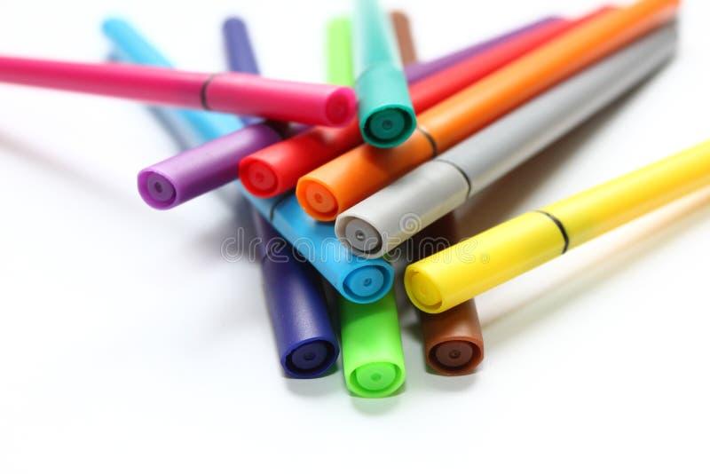 Penna di colore Mucchio con le penne di colore isolate su fondo bianco Struttura del fondo di colore, attività della feltro-penna fotografie stock libere da diritti