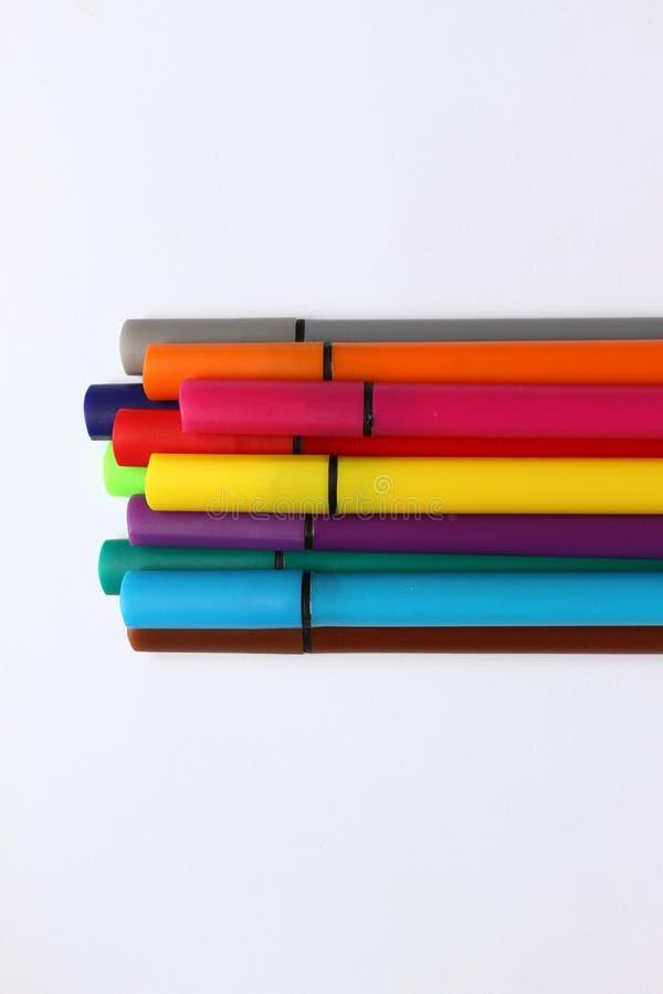 Penna di colore Mucchio con le penne di colore isolate su fondo bianco Struttura del fondo di colore, attività della feltro-penna fotografia stock libera da diritti