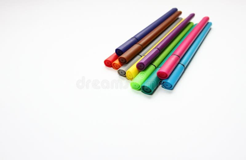 Penna di colore Mucchio con le penne di colore isolate su fondo bianco Struttura del fondo di colore, attività della feltro-penna immagini stock