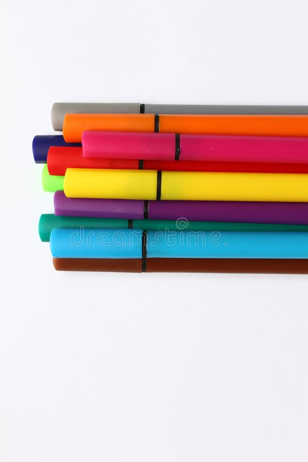 Penna di colore Mucchio con le penne di colore isolate su fondo bianco Struttura del fondo di colore, attività della feltro-penna immagini stock libere da diritti
