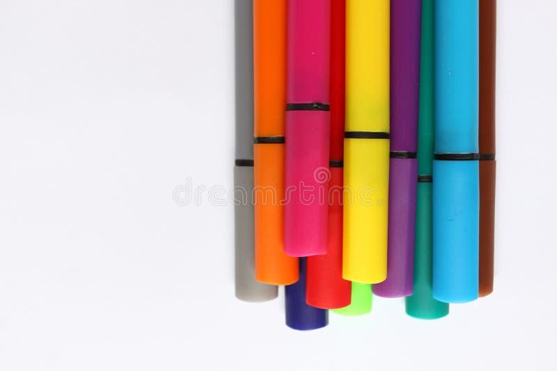 Penna di colore Mucchio con le penne di colore isolate su fondo bianco Struttura del fondo di colore, attività della feltro-penna immagine stock