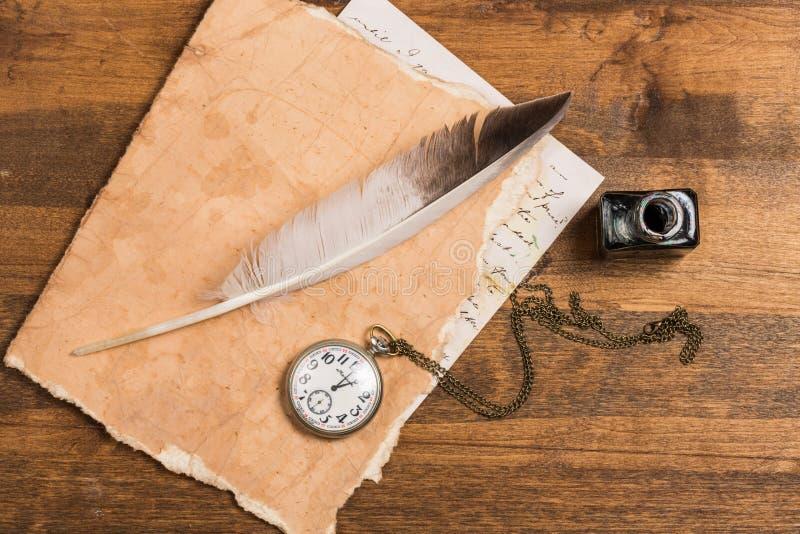 Penna di spoletta della piuma bianca, calamaio e vecchio di vetro immagini stock