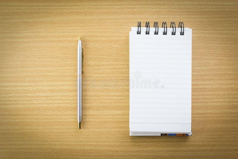 Penna e blocco note con la pagina in bianco fotografia stock