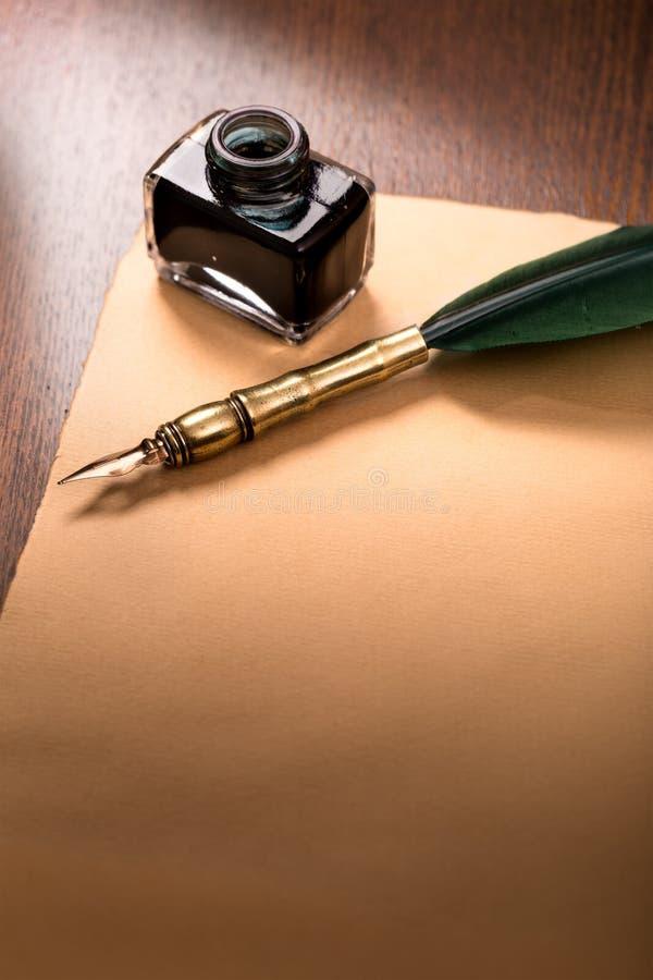 Penna e carta di spoletta sulla tavola di legno fotografia stock libera da diritti