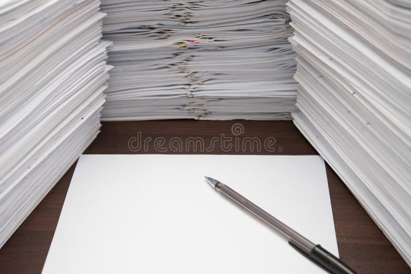 Penna e documento in bianco fotografie stock