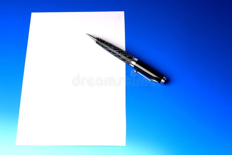 Penna e foglio di carta moderni immagine stock libera da diritti