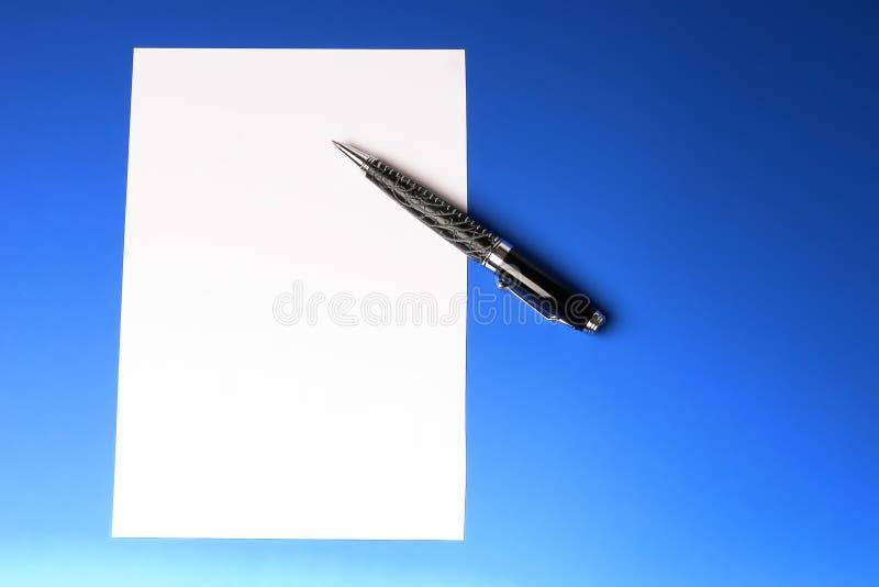 Penna e foglio di carta moderni fotografia stock
