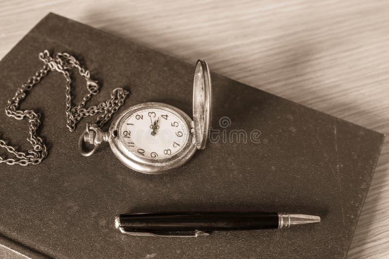 Download Penna Ed Orologio Sui Libri Fotografia Stock - Immagine di orologio, nota: 56890318