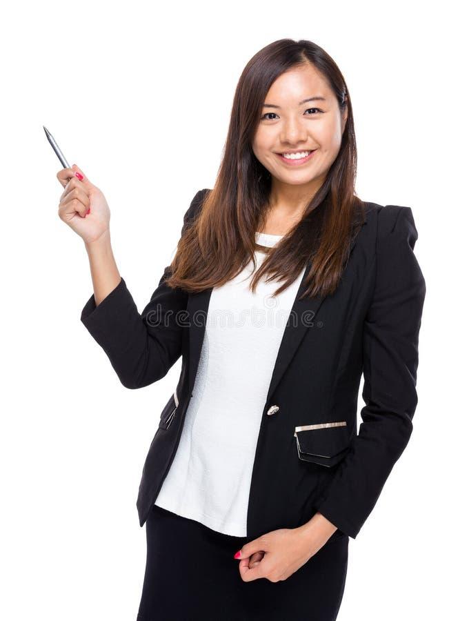 Penna för bruk för affärskvinna som ska pekas ut arkivfoton