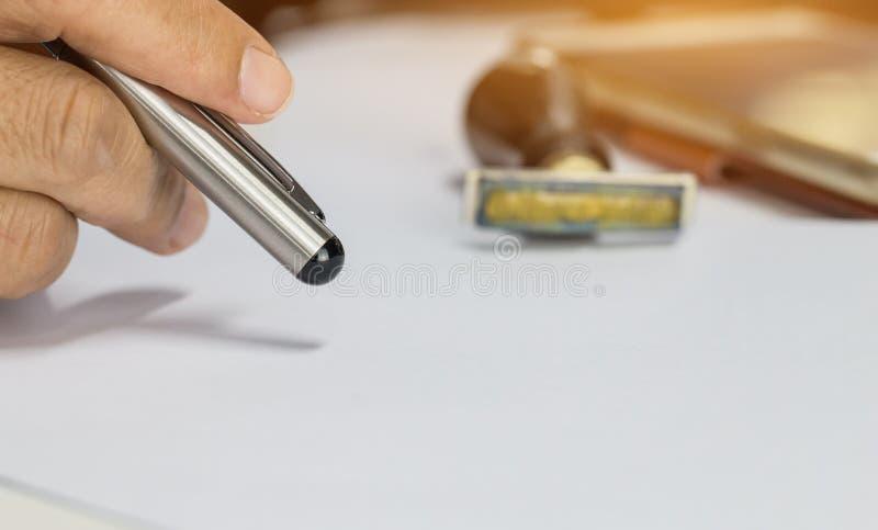 Penna för handaffärsmaninnehav för att förbereda rapportlegitimationshandlingar med pennan över ansökningsblankett Suddighet av s royaltyfri fotografi