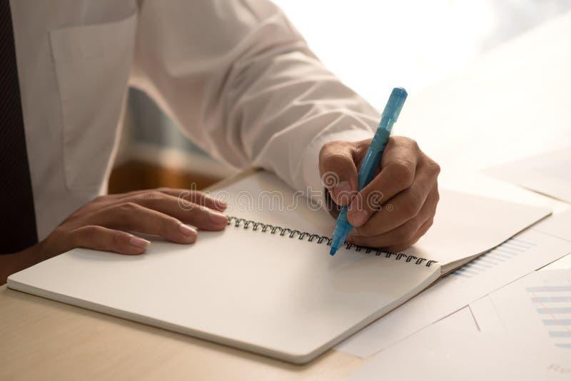 Penna för markör för framgångaffärsmanhand hållande rosa förestående och wri royaltyfria foton