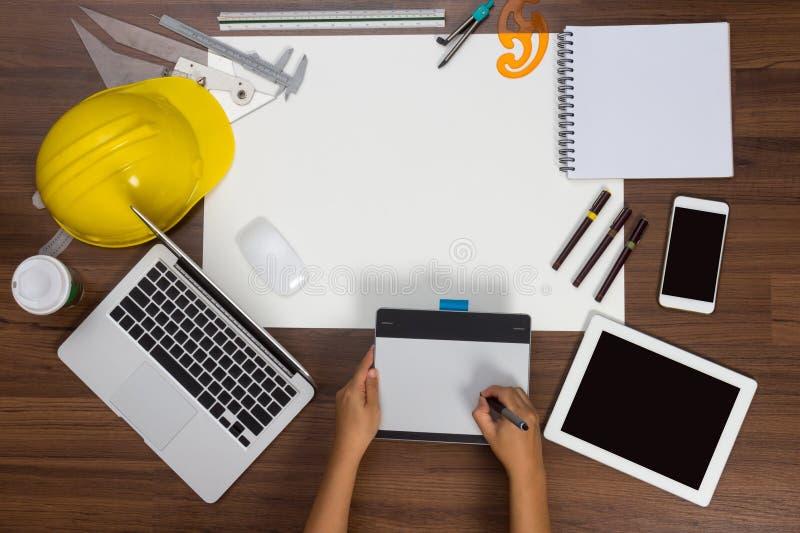 Penna för mus för hand för bakgrund för kontorsskrivbord skriftlig royaltyfria foton