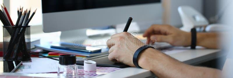 Penna f?r block f?r m?rkes- manlig armh?ll som grafisk arbetar p? projekt royaltyfria foton