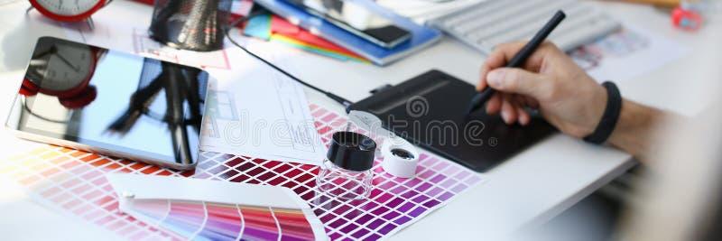 Penna f?r block f?r m?rkes- manlig armh?ll som grafisk arbetar p? projekt royaltyfri bild