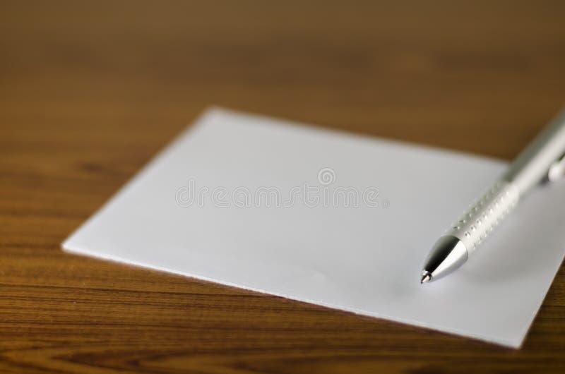 Penna med vitbok arkivfoto