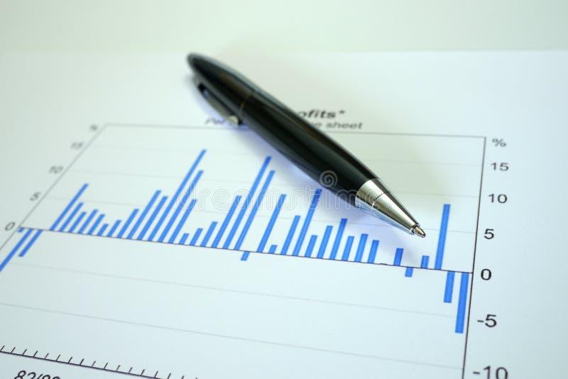 Penna och graf på finansiell graf royaltyfri bild