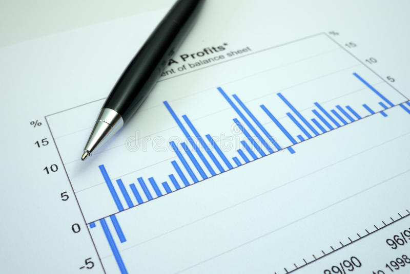 Penna och graf på finansiell vinstgraf royaltyfri bild