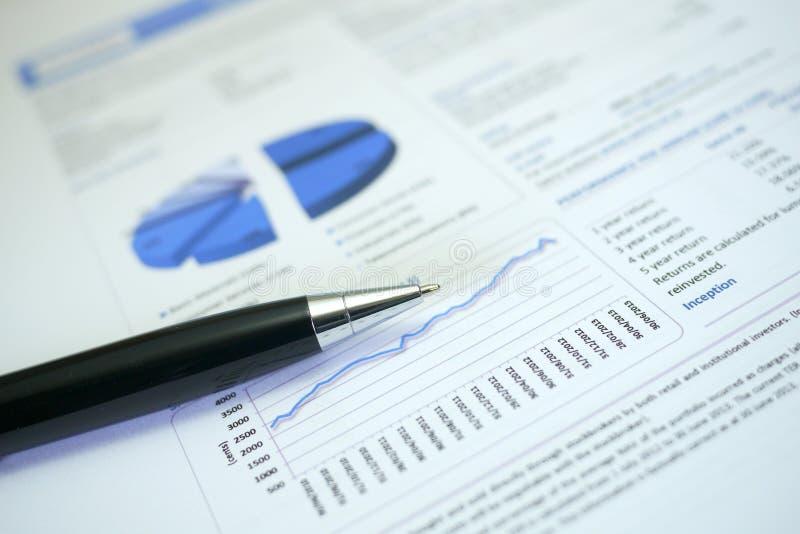 Penna och graf på finansiella diagram royaltyfria foton