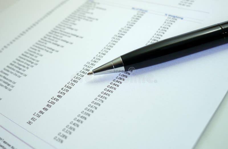 Penna och graf på finansiella diagram royaltyfri fotografi