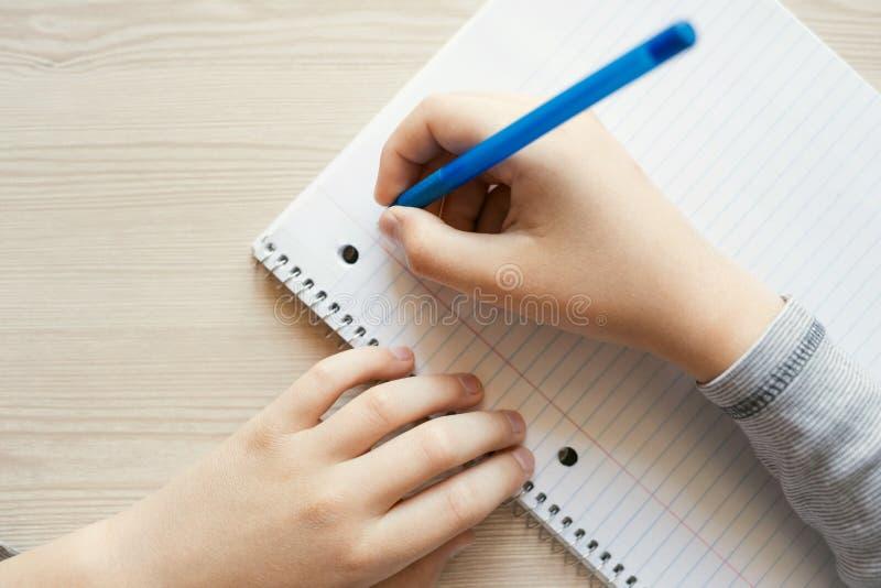 Penna och handstil för unge hållande arkivbild