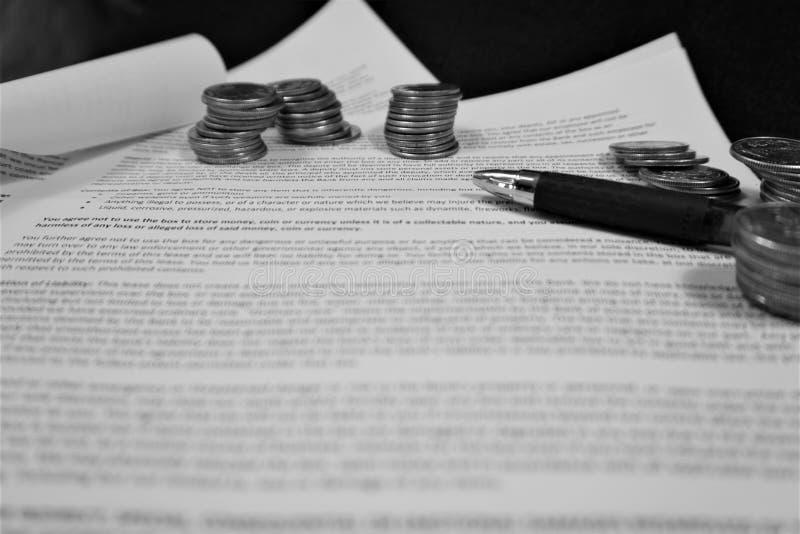 Penna och mynt på öppet avtal arkivbild
